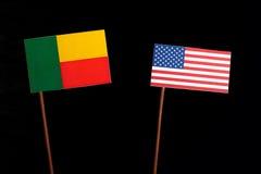 Bandeira de Benin com a bandeira dos EUA isolada no preto imagem de stock