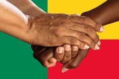 Bandeira de Benin, integração de um grupo multicultural de jovens fotografia de stock royalty free