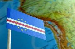 Bandeira de Cabo Verde com um mapa do globo como um fundo Imagens de Stock