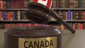 Bandeira de Canadá no martelo de queda dos juizes no tribunal Justiça ou a jurisdição nacional relacionaram a animação 3D concept vídeos de arquivo