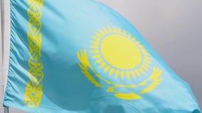 A bandeira de Cazaquistão acena no vento no movimento lento