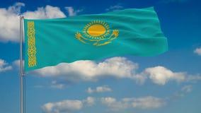 Bandeira de Cazaquistão contra o fundo das nuvens que flutuam no céu azul ilustração royalty free