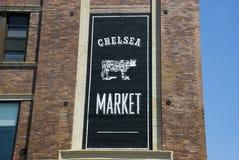 Bandeira de Chelsea Market na construção do brownstone em New York City imagem de stock