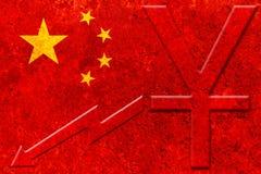 Bandeira de China com símbolo de moeda chinês do yuan e gráfico downside no fundo rústico imagem de stock royalty free
