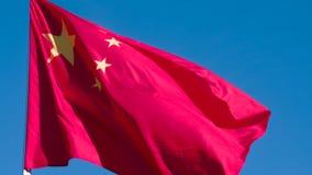 A bandeira de China está voando lentamente