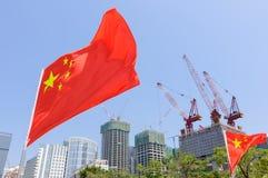 Bandeira de China na frente das construções sob a construção Fotografia de Stock Royalty Free