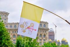 Bandeira de Cidade Estado do Vaticano na exposi??o na frente do pal?cio do parlamento em Bucareste, durante a visita do Papa Fran foto de stock royalty free