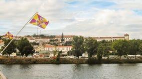 Bandeira de Coimbra sobre a arquitetura da cidade do rio de Mondego e do ` s de Coimbra no fundo Fotografia de Stock Royalty Free