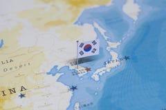 A bandeira de Coreia do Sul no mapa do mundo imagem de stock