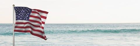 bandeira de 3D EUA contra o fundo da praia Fotos de Stock Royalty Free