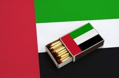 A bandeira de Emiratos Árabes Unidos é mostrada em uma caixa de fósforos aberta, que seja enchida com os fósforos e se encontre e ilustração stock