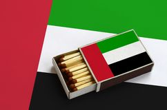 A bandeira de Emiratos Árabes Unidos é mostrada em uma caixa de fósforos aberta, que seja enchida com os fósforos e se encontre e foto de stock royalty free