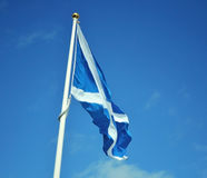 Bandeira de Escócia no fundo do céu Fotografia de Stock