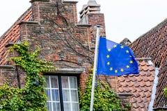 Bandeira de Europa na frente de uma casa begian histórica em Bruegge imagens de stock royalty free