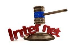 Bandeira de Europa no martelo de madeira do juiz com Internet corajoso das letras Foto de Stock