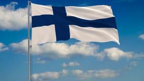 Bandeira de Finlandia contra o fundo das nuvens que flutuam no céu azul ilustração royalty free