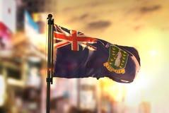 Bandeira de Ilhas Virgens britânicas contra o fundo borrado cidade em S Fotografia de Stock Royalty Free