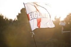 Bandeira de Inglaterra fora no por do sol Imagem de Stock