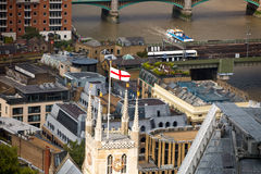 Bandeira de Inglaterra na torre da catedral, com a ponte do rio Tamisa e da Londres Imagem de Stock Royalty Free