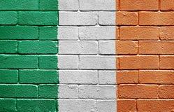 Bandeira de Ireland na parede de tijolo imagens de stock royalty free