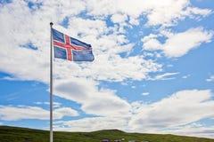 A bandeira de Islândia acena no céu Imagens de Stock
