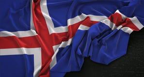 A bandeira de Islândia enrugou-se no fundo escuro 3D rende ilustração do vetor