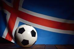 Bandeira de Islândia com futebol em placas de madeira Fotos de Stock