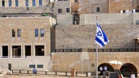 A bandeira de Israel é de ondulação e de voo no vento Imagens de Stock Royalty Free
