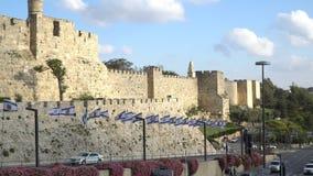 Bandeira de Israel acima da cidade velha do Jerusalém Israel video estoque