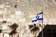 Bandeira de Israel contra a parede lamentando Foto de Stock Royalty Free