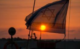 A bandeira de Israel no por do sol bonito Fotografia de Stock Royalty Free