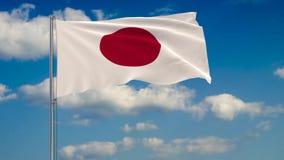 Bandeira de Japão contra o fundo das nuvens que flutuam no céu azul ilustração royalty free