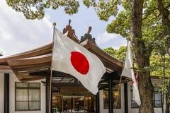 Bandeira de Japão que acena no santuário de Meiji no Tóquio imagem de stock royalty free