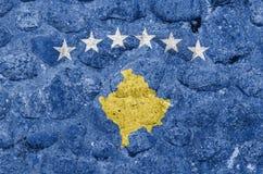 Bandeira de Kosovo em uma parede de pedra ilustração stock