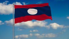 Bandeira de Laos contra o fundo das nuvens que flutuam no céu azul ilustração do vetor