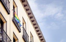 Bandeira de LGBT no balcão do Madri imagens de stock
