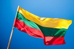Bandeira de Lituânia, céu azul Fotos de Stock Royalty Free