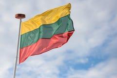 Bandeira de Lituânia, céu nebuloso Imagens de Stock