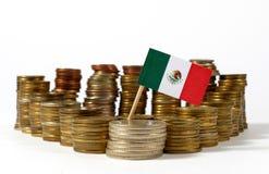 Bandeira de México com a pilha de moedas do dinheiro foto de stock
