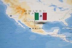 A bandeira de México no mapa do mundo imagens de stock royalty free