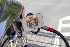 Bandeira de Mônaco na aleta do enchimento do combustível do ` s do carro imagem de stock royalty free