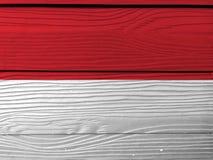 Bandeira de Mônaco no fundo de madeira da parede Textura Monacan da bandeira do Grunge imagens de stock royalty free