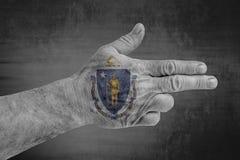 A bandeira de Massachusette do estado de E.U. pintou na mão masculina como uma arma fotos de stock royalty free
