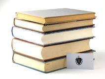 Bandeira de Massachusetts com a pilha dos livros isolados no backgrou branco Fotos de Stock