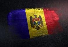 Bandeira de Moldova feita da pintura metálica da escova na parede da obscuridade do Grunge imagens de stock royalty free