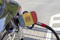 Bandeira de Moldova na aleta do enchimento do combustível do ` s do carro foto de stock