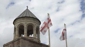 Bandeira de Natioal de Geórgia na frente da catedral de Svetitskhoveli video estoque