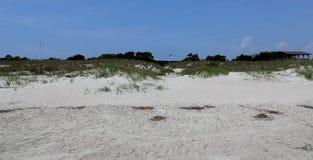 A bandeira de North Carolina voa sobre o forte Macon visto da praia Fotos de Stock Royalty Free