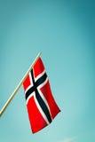 Bandeira de Noruega com fundo azul Fotografia de Stock Royalty Free