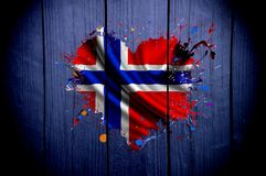 Bandeira de Noruega na forma do coração em um fundo escuro fotografia de stock royalty free